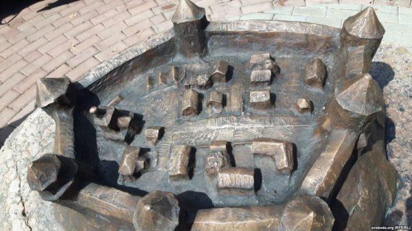 У Магілёве ўсталявалі скульптуру сярэднявечнага замку